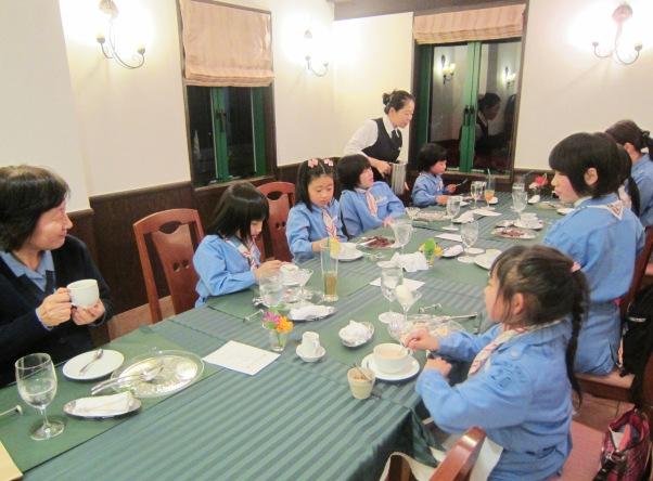 ガールスカウト 〈テーブルマナーを学ぶ〉